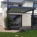 Pergola bioclimatique grise Giteau menuiserie Ille-et-Vilaine 35 Vitré